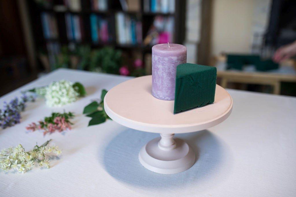 Így készíts gyertyás asztaldíszt friss virágokból
