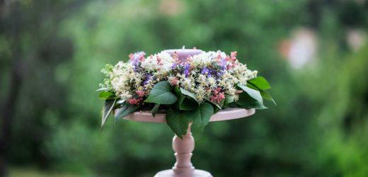 DIY Gyertyás asztaldísz kerti virágokból